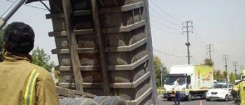 عکس + تصادف کامیون با پل عابر پیاده